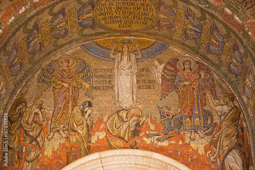 Fotografía  LONDON, GREAT BRITAIN - SEPTEMBER 17, 2017: The mosaic of symbolic last judgment  in Westminster cathedral designed by Clayton & Bell (begin of 20