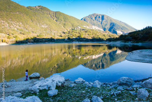 Foto auf Leinwand Reflexion Mountains reflected in the lake on a sunny day