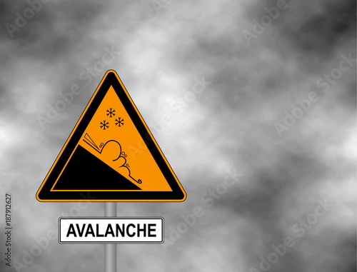 Foto Winter snow covered mountains and warning sign of avalanche danger isolated on a grey sky