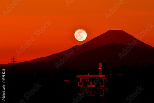 Montage in der Fensternische Ziegel パール富士/月が富士山に沈むのをパール富士と言います。普通の満月より15%も明るいスーパームーン。一生に一度の好機。