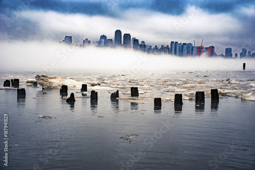 Fotografie, Tablou  Icecaps on the Hudson River with New York City in the fog