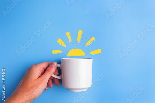 Valokuva sun and white cup on blue background