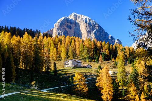 Fotografie, Obraz  biały domek na tle szczytów w Dolomitach