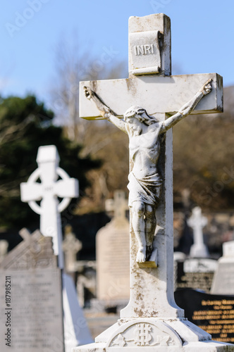 Foto Crucifix gravestone in an Irish graveyard.