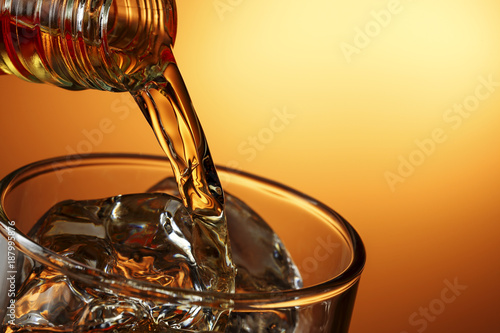 Photo pouring whiskey