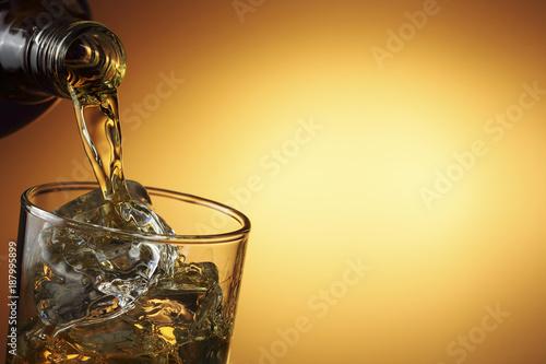 Photo pouring whiskey