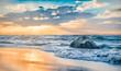 ruhiger Sonnenuntergang über dem Meer am wunderschönen Naturstrand der Ostsee bei Dranske auf Rügen