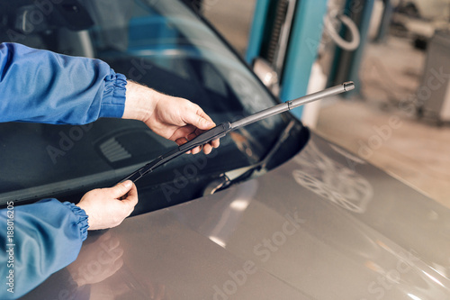 Papel de parede  Technician is changing windscreen wipers on a car station.