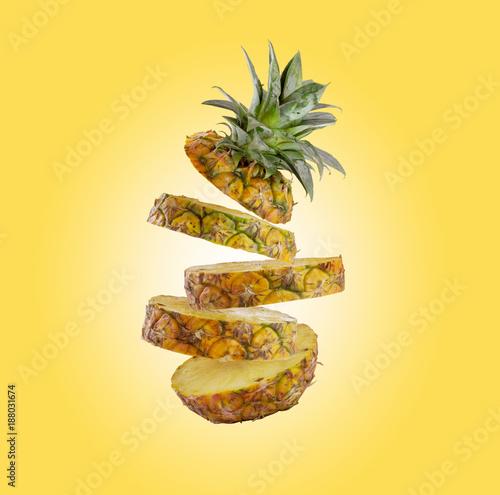 pokrajac-ananasowy-spadac-odizolowywam-na-zoltym-tle-z-scinek-sciezka