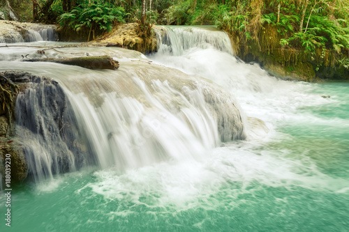In de dag Groene koraal Tat Kuang Si Waterfalls. Beautiful landscape. Laos.