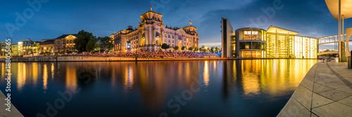 Zdjęcie XXL Panorama kwartału rządowego z Reichstagiem i Paulem Löbe House w Berlinie wieczorem