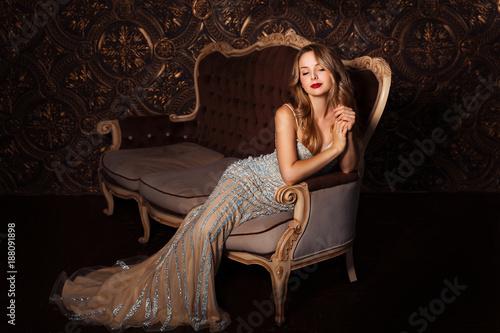 Fotografía  Fashion portrait of attractive woman in elegant dress posing indoors in sensual