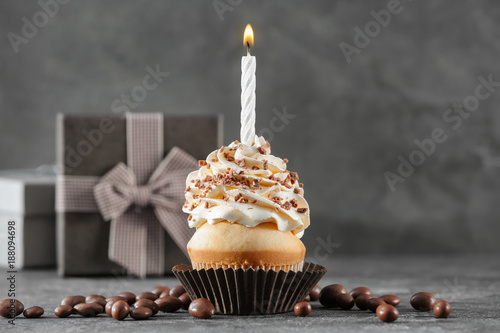Photo  Birthday cupcake with candle on table