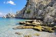 Высокие скалы и огромные камни в море возле берега.