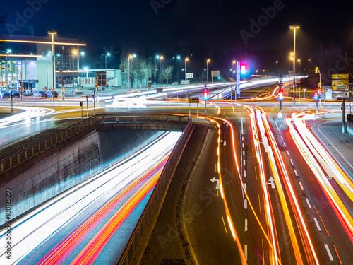 Fotomural  car traffic at night in neu-ulm, germany