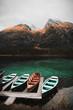 Bergsee in den Alpen mit Booten im Vordergrund