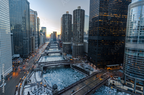 Poster de jardin Chicago Chicago downtown river bridges and buildings skyline