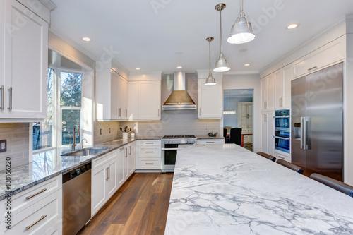 Zdjęcie XXL Piękny biały projekt kuchni.