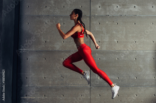 Fotografia  Side view fit woman doing cardio training.