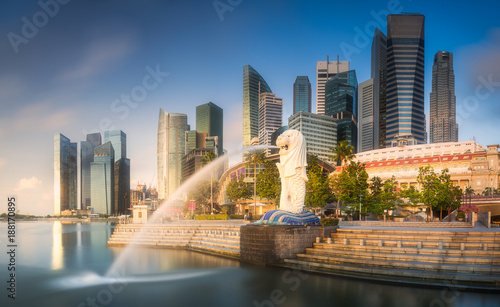 La pose en embrasure Singapoure Business district and Marina bay in Singapore