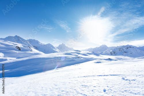 mloda-sportowa-kobieta-jedzie-na-nartach
