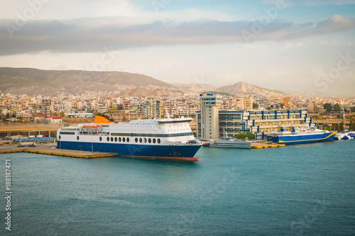 Plakat Ferryboat dokował w porcie Piraeus, Grecja