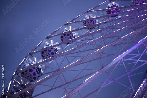 Fotografía  Violet ferris wheel illuminated at night