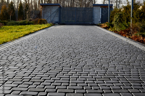 Photo Cobblestone entrance in the garden, graphite paving stone texture, pavement