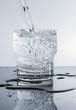 Wasser in das glas einfüllen - Trinkglas füllen