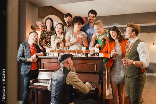 Carta da parati Wedding Guests Having Fun With The Pianist