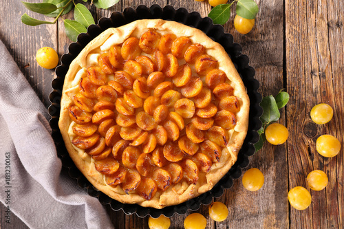 Fényképezés  plum tart on wood background