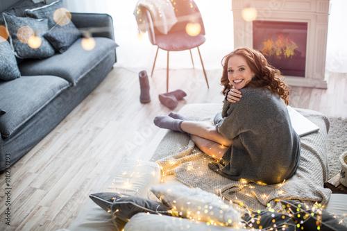 schöne frau im wohnzimmer, ambiente