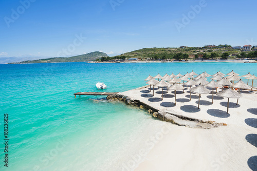 Photo Sunshade umbrellas on the small beautiful Ksamil beach, Albania.