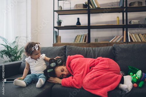 Foto  Young mother old is experiencing postnatal depression