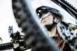junge Bikerin trägt ihr Mountainbike auf der Schulter