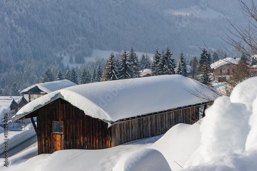 Fototapety, obrazy: Eingeschneite Skihütte im Winter