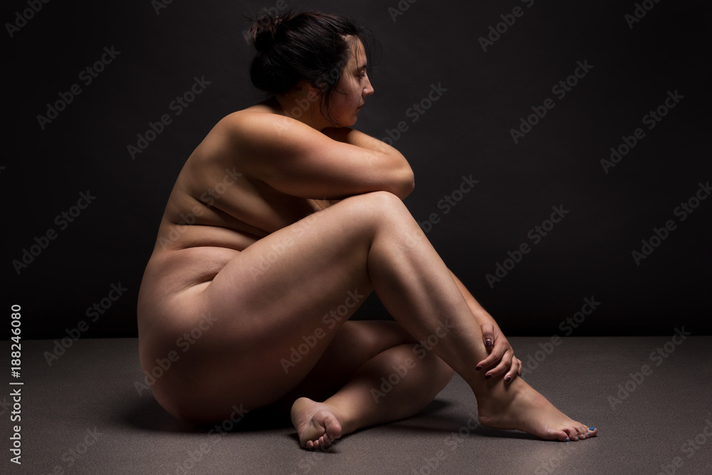 Fotografía Obese nude woman doing yoga exercise. Workout ...
