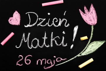 Kolorowa laurka z okazji Dnia Matki narysowana kredą na tablicy szkolnej.