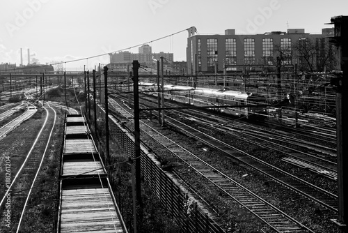 Papiers peints Gris traffic train et voies ferrées en banlieue parisienne