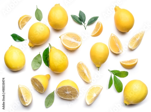 Fotografia Ripe lemons and lemon leaves on white background. Top view.