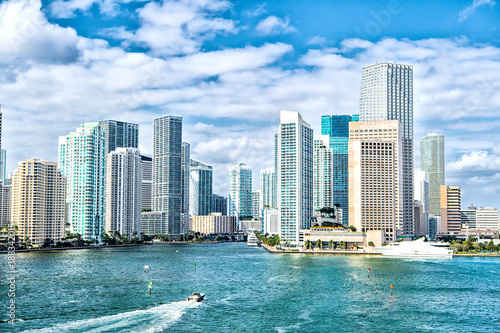 Spoed Fotobehang Centraal-Amerika Landen miami skyline. Yachts sail on sea water to city