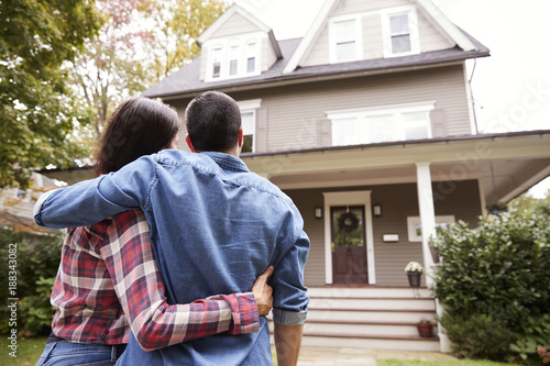 Obraz Rear View Of Loving Couple Looking At House - fototapety do salonu