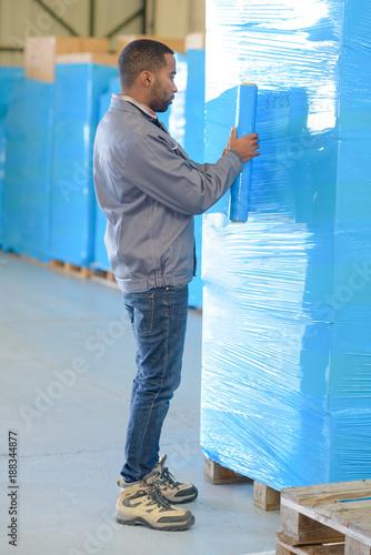 Valokuva  Man shrink wrapping pallet