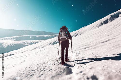 Fotobehang Wintersporten Junge Frau geht im Winter wandern bei Schnee