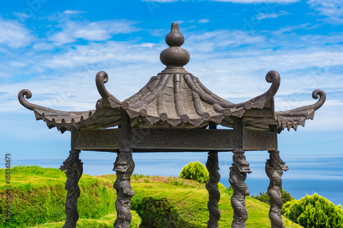 Photo Ornated roof of asian-style pavilion, alcove