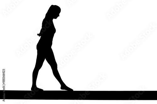 Tuinposter Gymnastiek Mädchen auf einem Balken als Silhouette in schwarz / Weiß