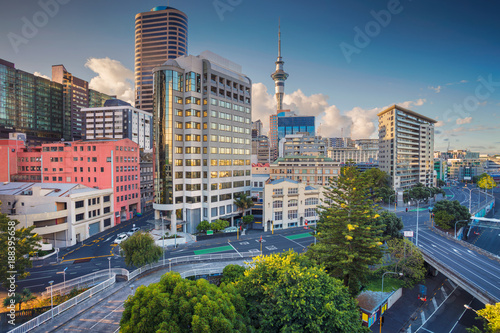 Montage in der Fensternische Neuseeland Auckland. Aerial cityscape image of Auckland skyline, New Zealand during summer day.