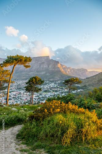 Foto op Plexiglas Zuid Afrika Tafelberg bei Sonnenuntergang mit Wanderweg in Kapstadt, Südafrika