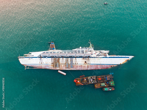 Photo sur Aluminium Naufrage a sink passenger ship lie down in middle of the sea under cutting scrap iron, useless and wreckage junk ship for rid of detroy away from pollution