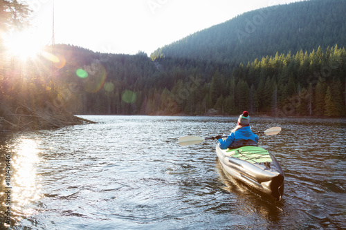 Fotografia  Girl Kayaking in a Lake